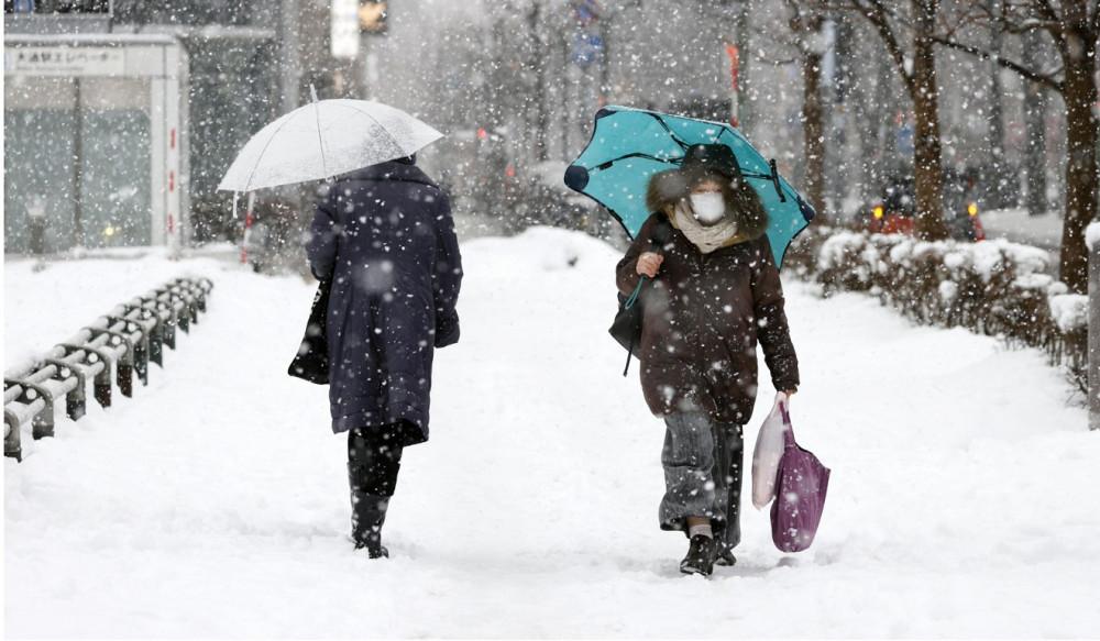 Khách bộ hành trên đường phố Sapporo - Ảnh: Kyodo