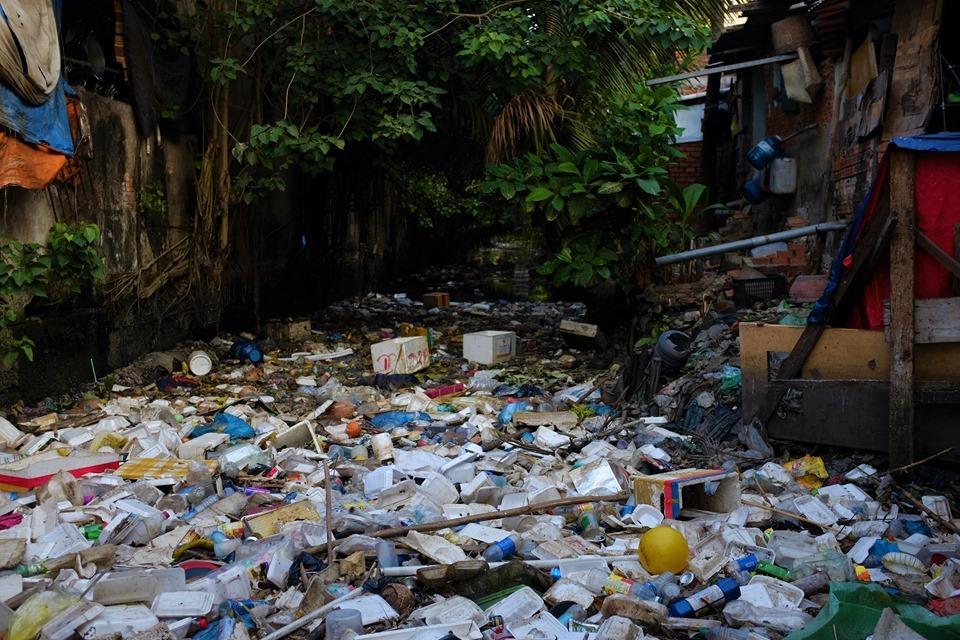 Tuy nhiên phía sau tấm biển tuyên truyền không xả rác là dòng kênh Hy Vọng luôn ngập ngọi trong hàng đống chất thải ô nhiễm, tăng nguy cơ lây nhiềm dịch bệnh.
