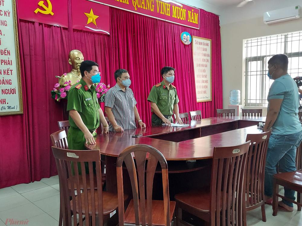 Lực lượng chức năng đọc quyết định xử phạt hành chính đối với đối tượng Đ.