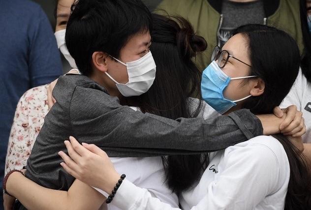 Sáng 30/3, thêm 30 bệnh nhân COVID-19 tại Việt Nam đã khỏi bệnh và được xuất viện. Những cái ôm không còn dè dặt giữa bệnh nhân, nhân viên y tế cho chúng ta thêm niềm tin vào cuộc chiến chống dịch bệnh - Ảnh: Zing