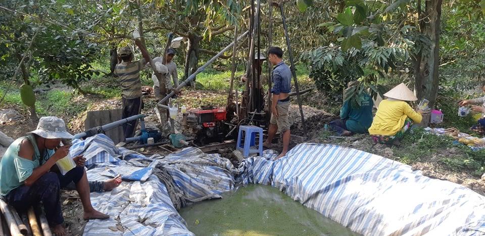 Người dân Tiền Giang tìm cách đào giếng tìm nguồn nước ngọt.