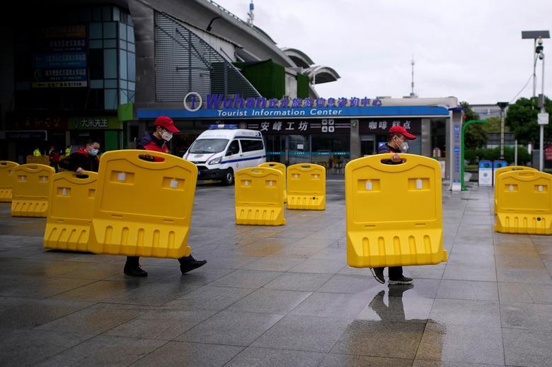 Những hàng rào chắn được thu dọn vào hôm 28/3 tại một nhà ga tàu điện ngầm để hành khách di chuyển thuận tiện.