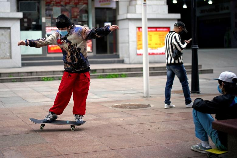 Một số thanh thiếu niên chơi trượt ván để tìm niềm vui. Suốt 2 tháng qua, họ hầu như chỉ ở trong nhà và không có bất kỳ hoạt động vui chơi nào ngoài trời.