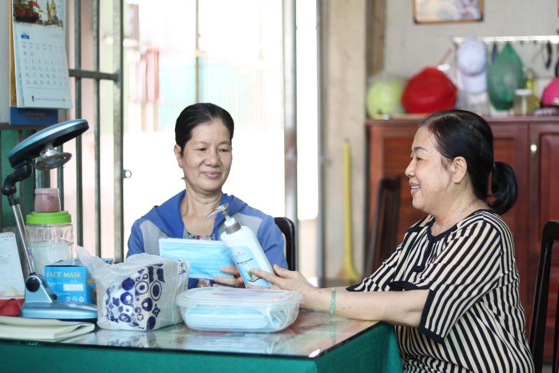 Chị em bà Trần Ngọc Tuyết (trái) - Trần Thị Nhung quyết định tiếp tục giảm giá tiền phòng cho người thuê trọ trong những tháng tới