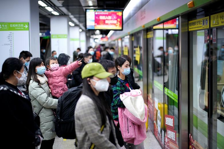 Người dân đeo khẩu trang, đợi tàu điện ngầm khi dịch vụ này hoạt động trở lại vào ngày 28/3 tại Vũ Hán. Hiện tại, tình hình dịch bệnh ở Vũ Hán đã có dấu hiệu lắng xuống. Tuy nhiên, theo một khảo sát mới nhất có khoảng 3-10% người đã được chữa khỏi lại tái nhiễm, khiến người dân có phần lo sợ.