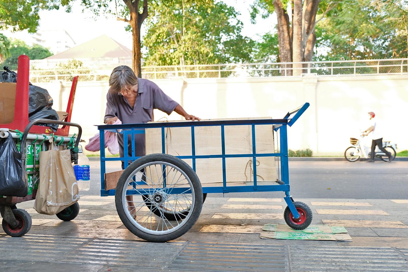 Chiếc xe đẩy mà bà Dương Thị Chót (ở H.Hóc Môn) biếu ông Hùng vô gia cư - nhân vật trong vệt bài COVID-19 và những khoảng trống vỉa hè mà Báo Phụ nữ TP.HCM đăng tải vừa qua