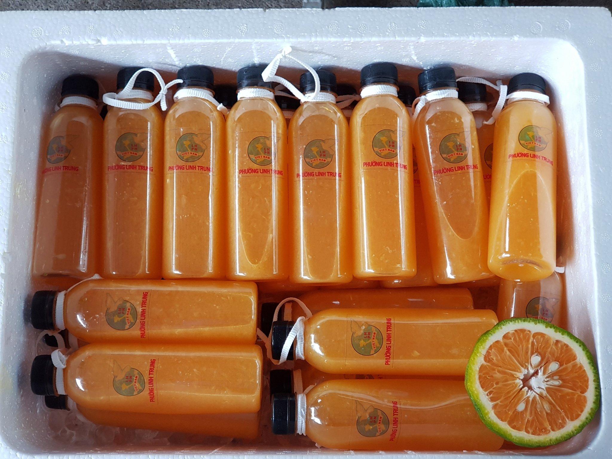 Với 250kg cam tươi, các dì, các chị đã làm thành 400 chai nước tiếp sức những người đang ở tuyến đầu chống dịch.