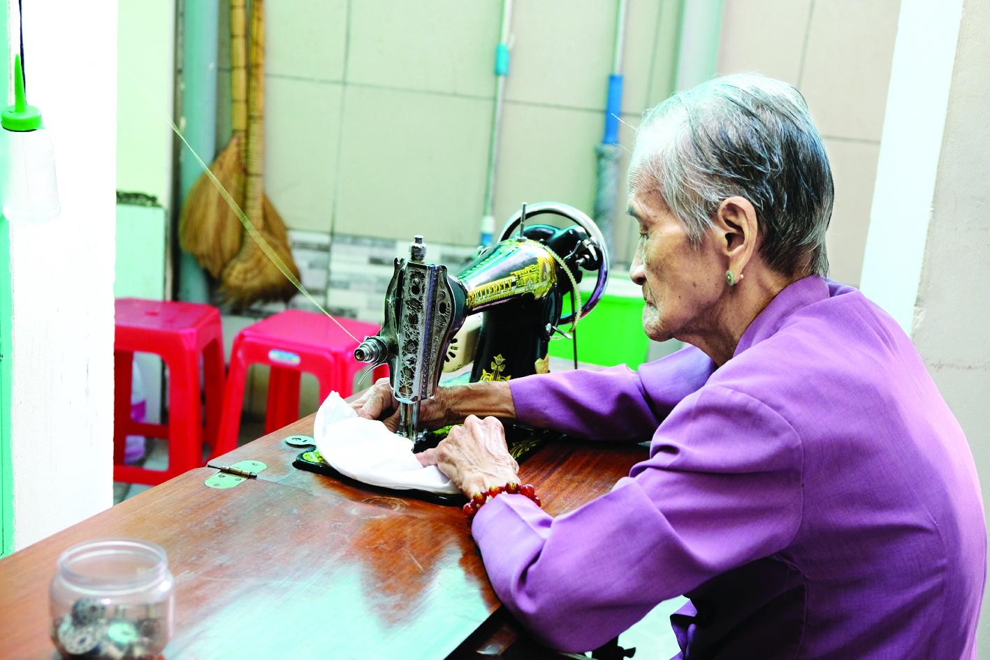 Mẹ Ngô Thị Quýt, 97 tuổi vẫn cặm cụi may khẩu trang phát cho người nghèo quanh khu phố mẹ ở