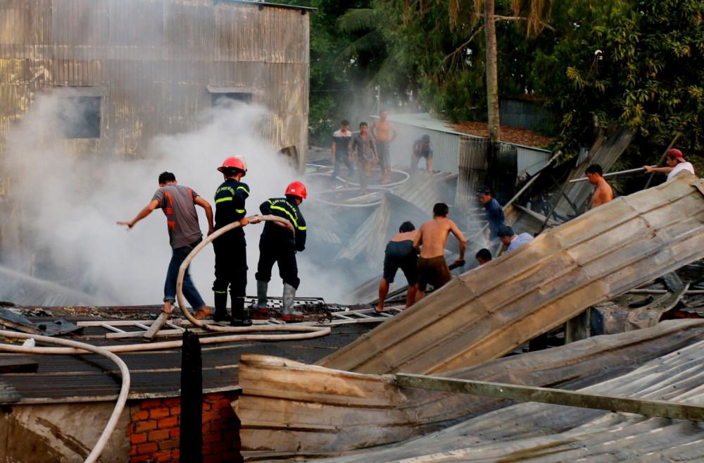 Các lực lượng tích cực tham gia chữa cháy nhằm giảm thiệt hại cho người dân