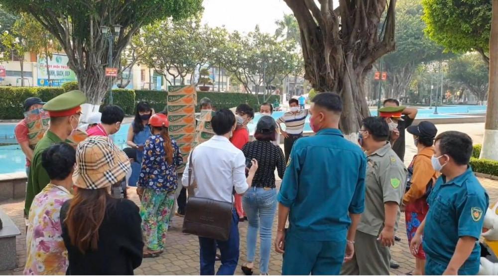 Lực lượng chức năng có mặt tại buổi phát quà từ thiện
