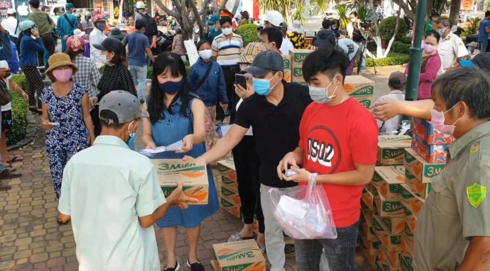 Bất chấp lệnh cấm tụ tập đông người, nhiều người vẫn đổ về đây nhận quà từ thiện