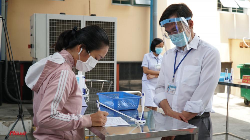Người dân vào thăm bệnh bắt buộc phải khai báo ý tế, đeo khẩu trang.