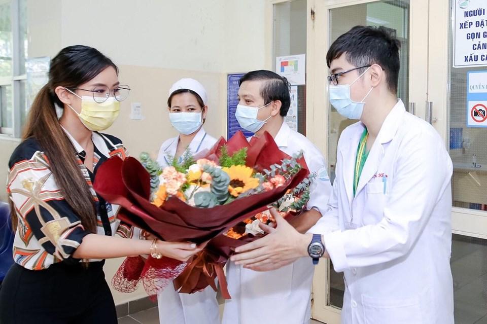 Ca bệnh thứ 32 tặng hoa cho các bác sĩ tại Bệnh viện Bệnh nhiệt đới TPHCM trước khi xuất viện.
