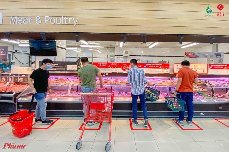 Một số siêu thị đã đánh dấu khoảng cách an toàn cho khách khi mua sắm trong thời điểm này