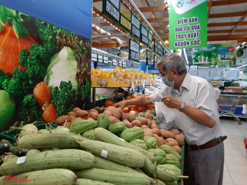hệ thống siêu thị, cửa hàng trên địa bàn thành phố đã có kế hoạch dự trữ, đảm bảo nguồn cung các mặt hàng lương thực, thực phẩm thiết yếu phục vụ nhu cầu mua sắm của người dân trên địa bàn