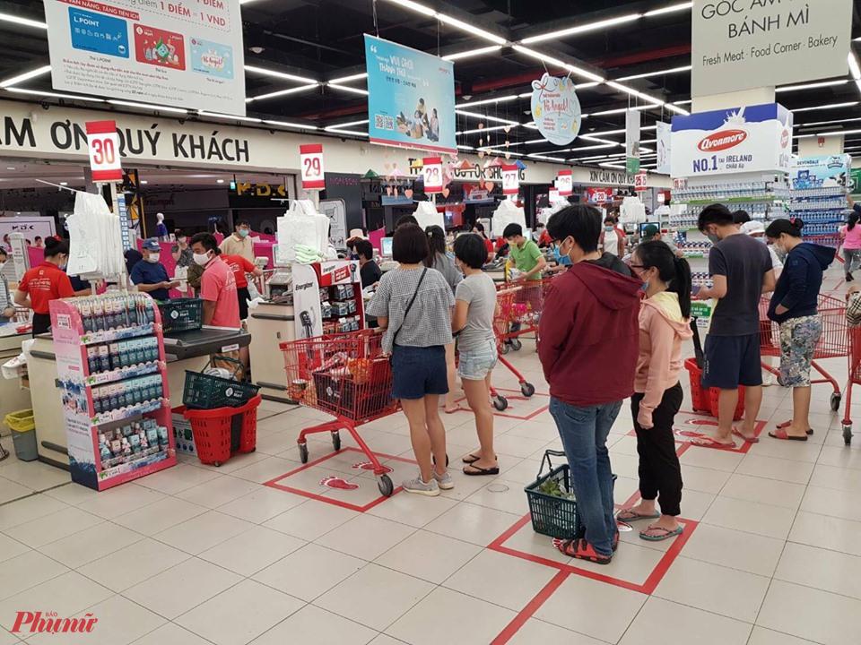 Người tiêu dùng được khuyến cáo đảm bảo khoảng cách tối thiểu 2 m giữ hai người khi mua sắm tại các siêu thị