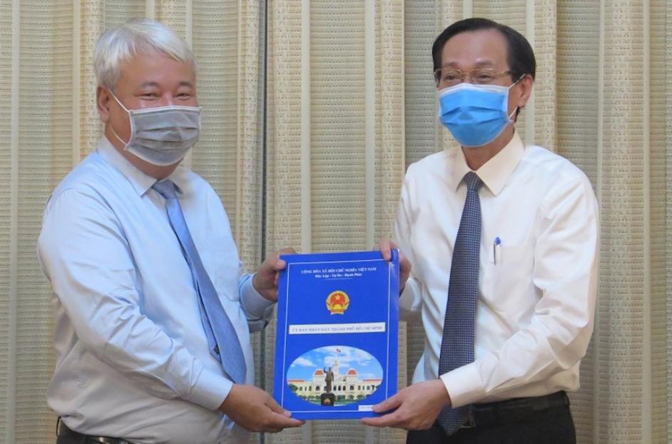 Ông Võ Khắc Thái nhận quyết định từ Phó Chủ tịch thường trực UBND TPHCM Lê Thanh Liêm