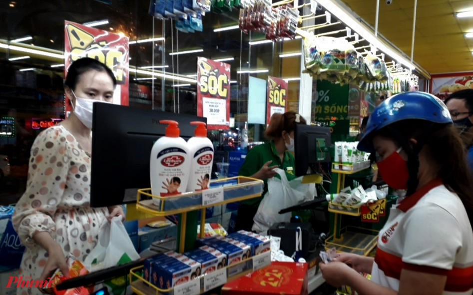 Người dân tranh thủ đi mua thực phẩm chuẩn bị cho đợt cách ly nhiều ngày. Ảnh: H.N