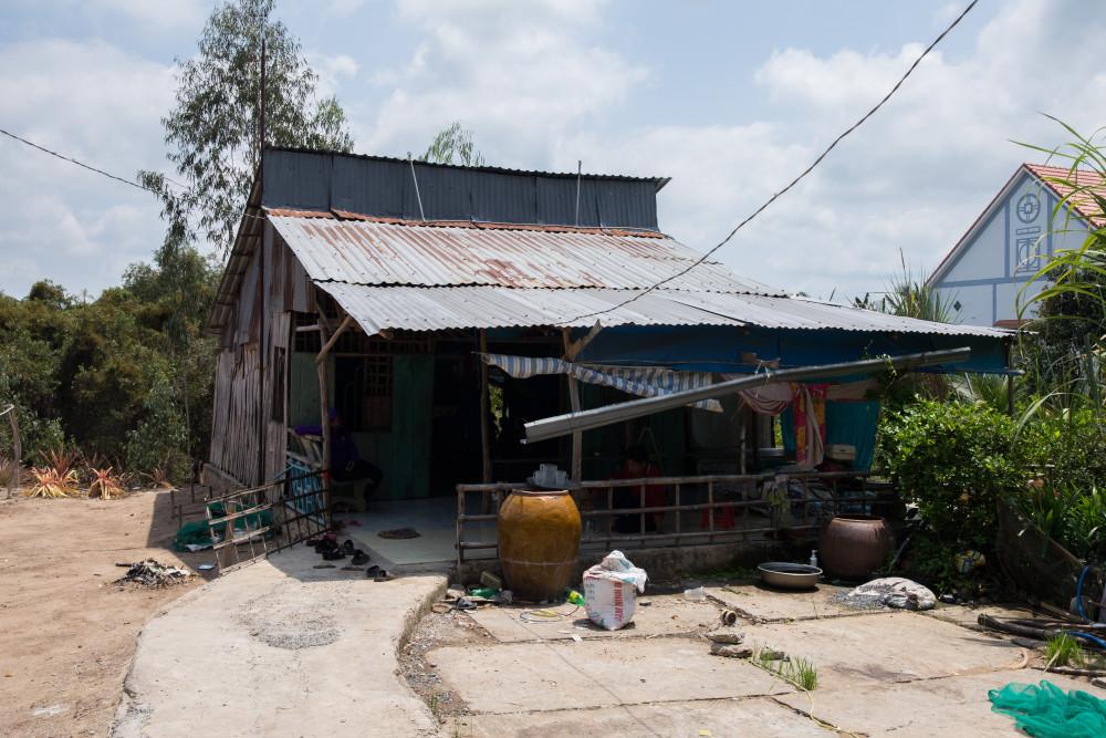 Căn nhà của anh Riêm có thể bị sập bất cứ lúc nào, ước mơ về ngôi nhà che nắng mưa vẫn còn xa với gia đình anh. Nguồn ảnh: SonKim Land