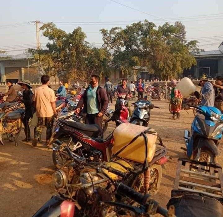 Nhiều người dân đổ xô đi mua xăng, dầu về tích trữ