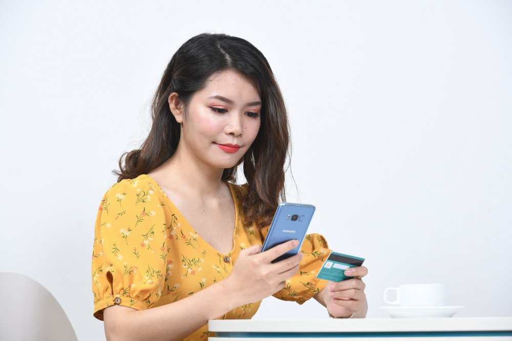 Người tiêu dùng được khuyến khích dịch chuyển các giao dịch vào không gian mạng, tận dụng tối đa các ứng dụng tài chính online của ngân hàng, ví điện tử… Ảnh: ABBANK cung cấp