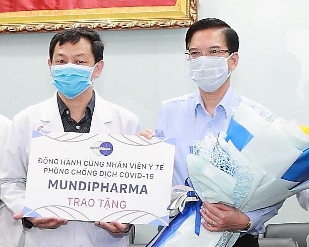 Mundipharma trao tặng bảng tượng trưng 4,500 chai thuốc xịt họng BETADINE® Throat Spray đến đội ngũ y bác sĩ Bệnh viện Chợ Rẫy phòng chống COVID-19
