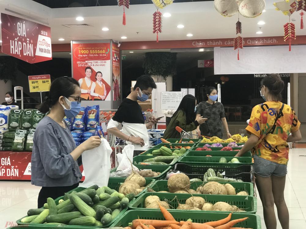 Tại đại siêu thị Co.opXtra đường Phạm Văn Đồng, cổng ra vào của siêu thị này trung dụng một phần đường đi làm kệ dã chiến bán thêm rau, củ, quả, cho khách.