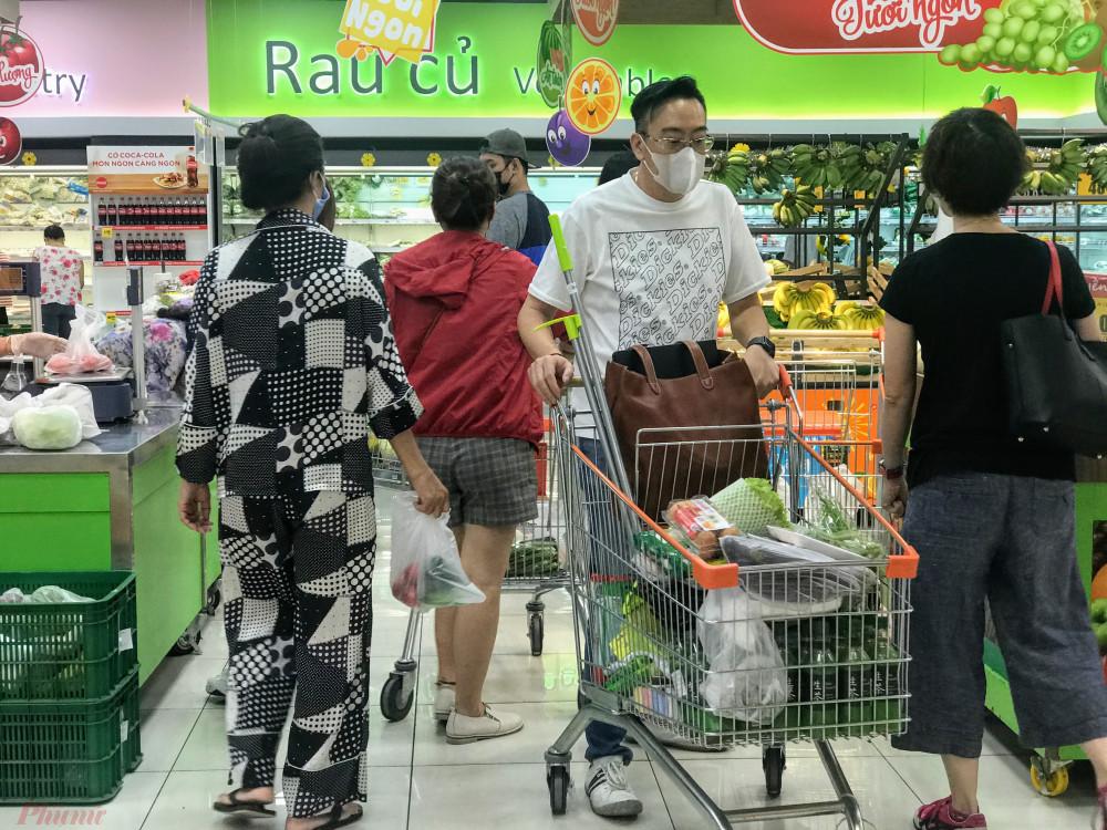 Do số lượng người đổ về các siêu thị tại TPHCM từ trưa, chiều hôm nay làm nhiều mặt hàng tươi sống, thịt heo, gà và bò cấp đông trống kệ, buộc nhân viên phải đổ hàng liên tục.