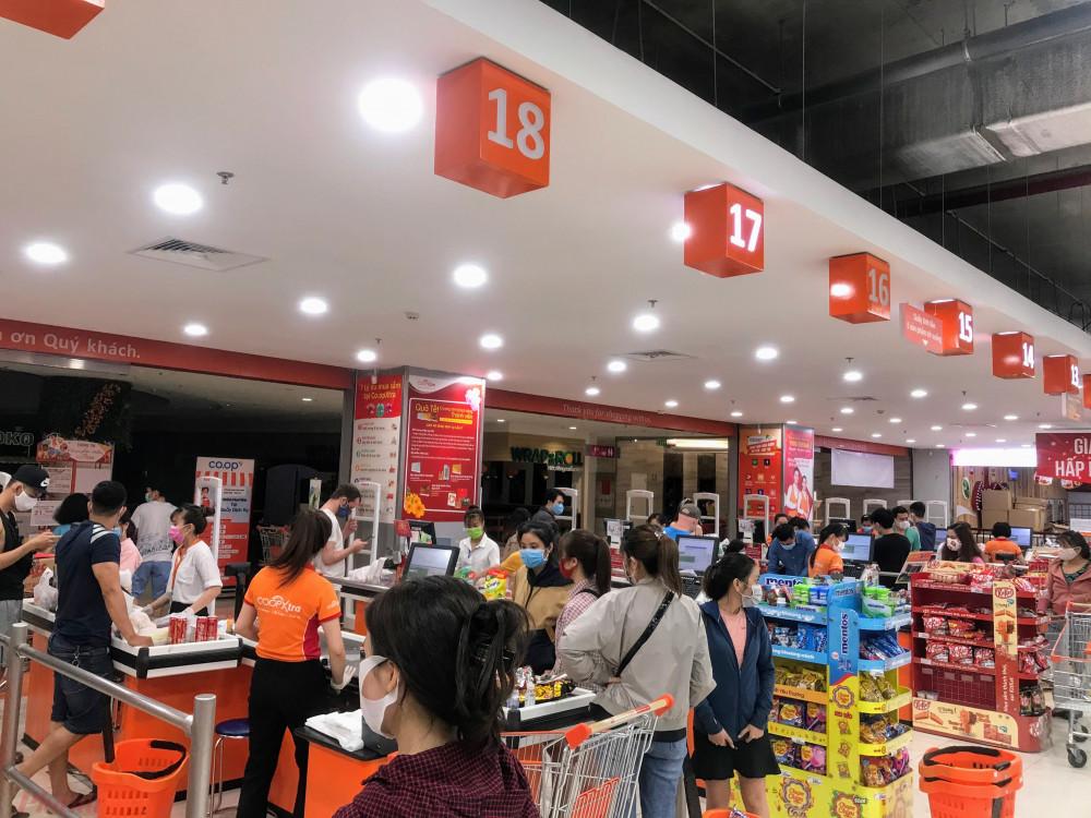 Kẹt tính tiền của siêu thị Co.opXtra dù phân thanh hai khu, nhưng khách hàng vẫn phải mất thời gian chờ tính tiền vì một người mua nhiều hàng hoá cùng lúc.