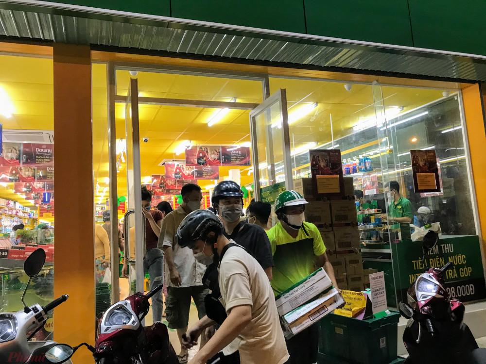 Một cửa hàng bách hoá khác tại đường Bình Qưới vẫn nghịt khách tranh thủ mua hàng vào tối 31/3.