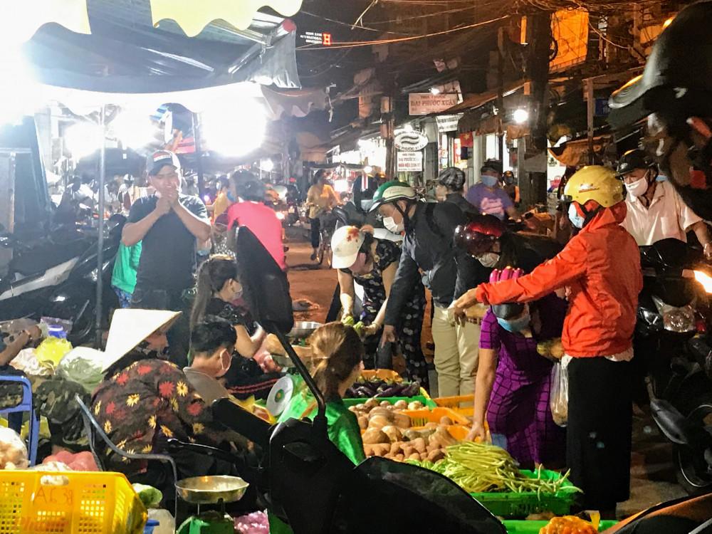 Một vài điểm bán rau, củ bên ngoài chợ khách vẫn chen nhau mua.