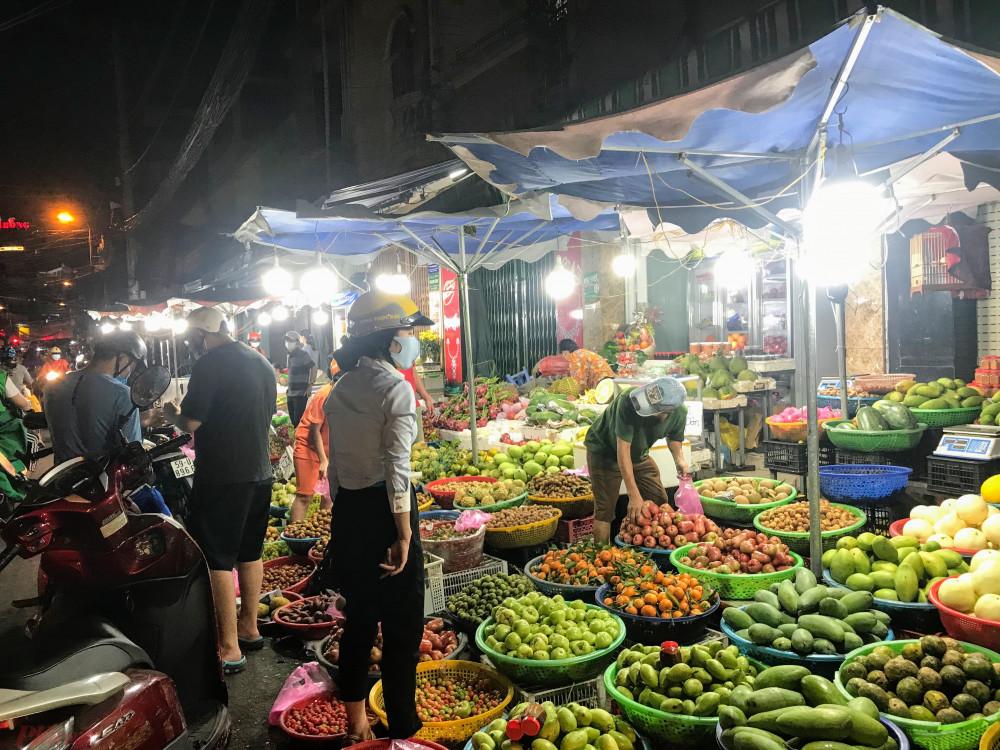 Nhóm hàng trái cây tại chợ vẫn còn khá đa dạng, khá nhiều mặt hàng. Tuy nhiên, theo ghi nhận giá bán chiều nay của nhóm hàng trái cây tại chợ này có dấu hiệu nhích giá.