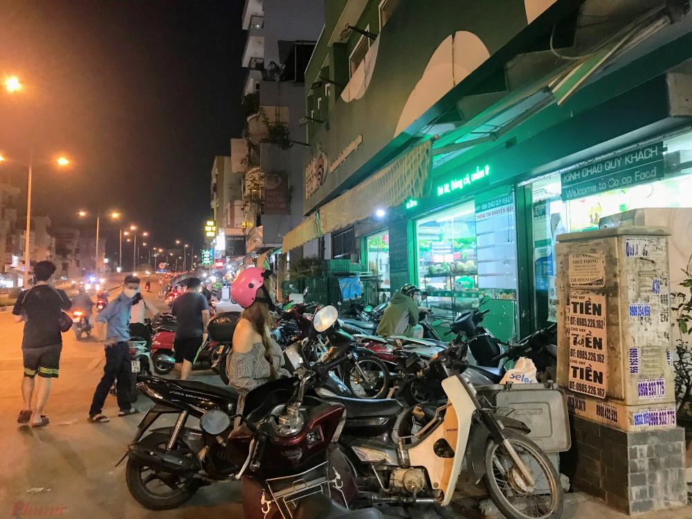 Một cửa hàng Co.opfood tại quận Bình Thạnh, xe khách hàng phải xếp tràn xuống đường trong tối nay.
