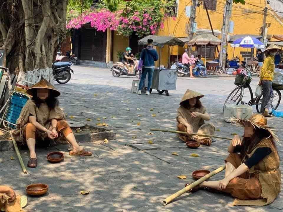 Nhóm người nhà ông Phan Văn Anh Vũ tạo hình người hành khất chụp hình ở phố cổ Hội An giữa mùa dịch bệnh gây phản cảm
