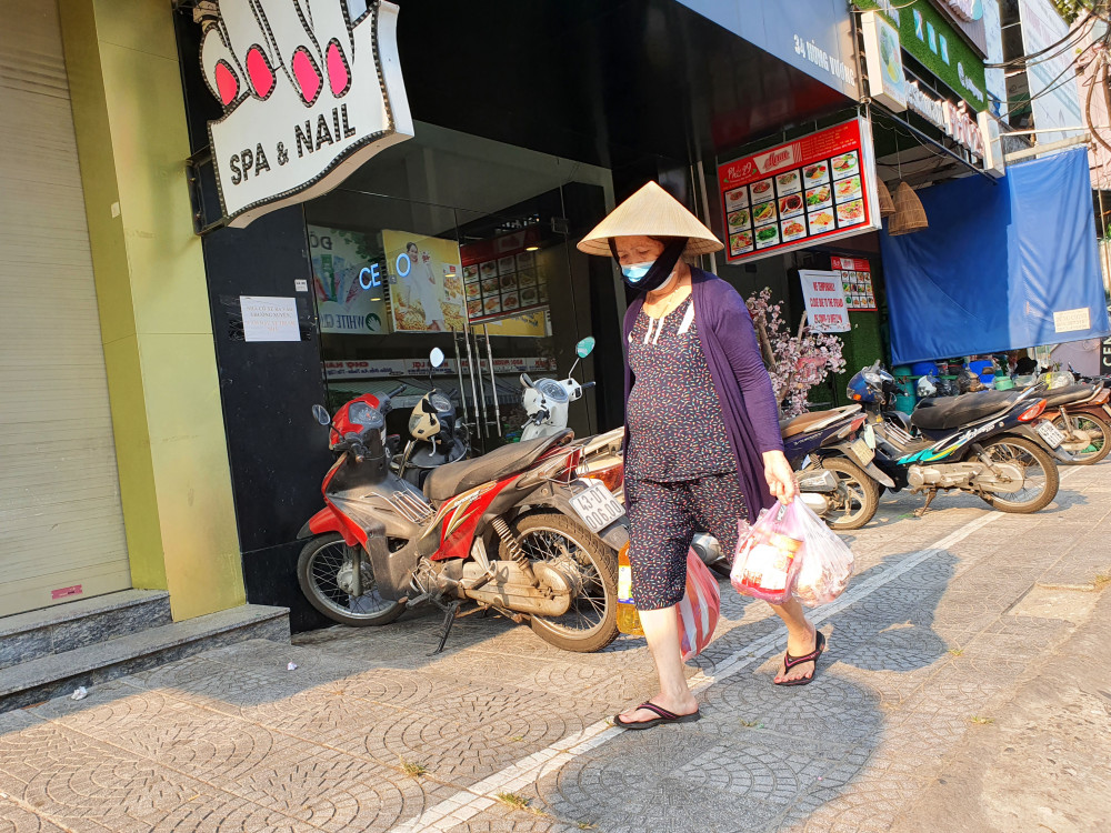Phụ nữ thì mua sắm thêm các gia vị, dầu ăn phòng nội trợ