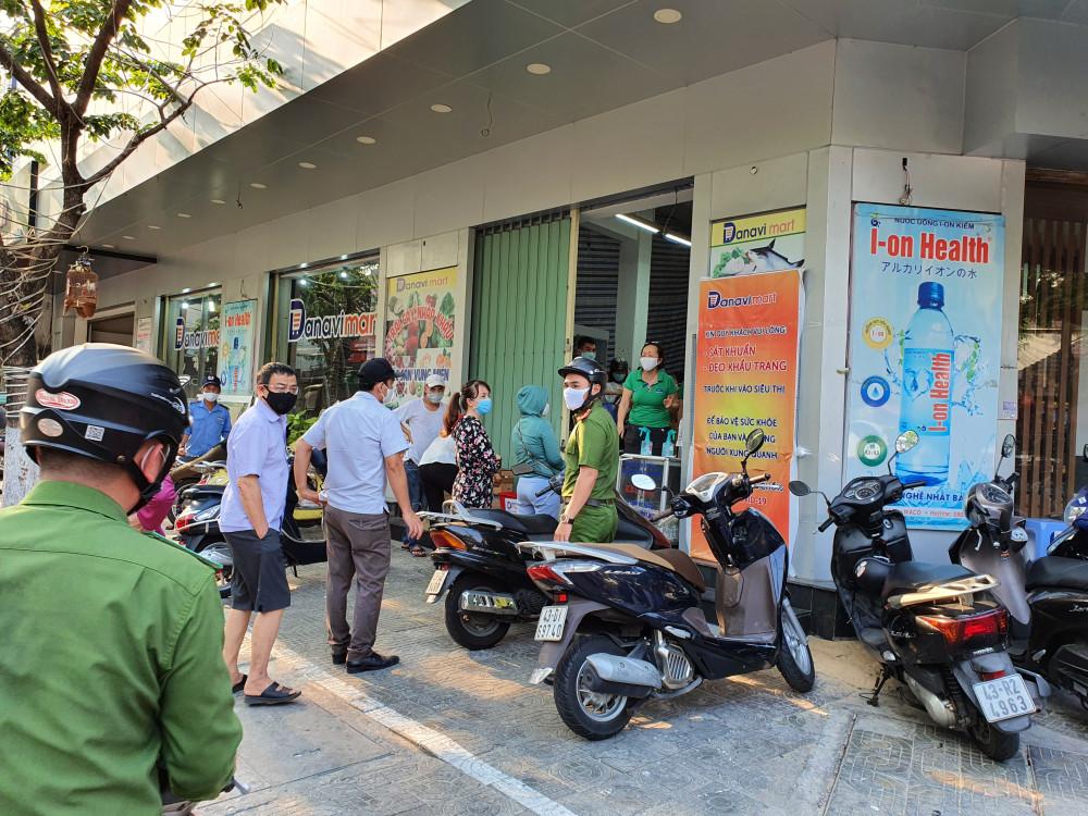 Cửa hàng Danavimart trên đường Phan Đình Phùng chiều 31/3 có rất đông người tới mua sắm. Do lượng người tập trung đông nên công an quận Hải Châu phải tới kiểm tra và nhắc nhở chủ cửa hàng đề nghị người dân giãn cách ra, hạn chế đứng gần nhau