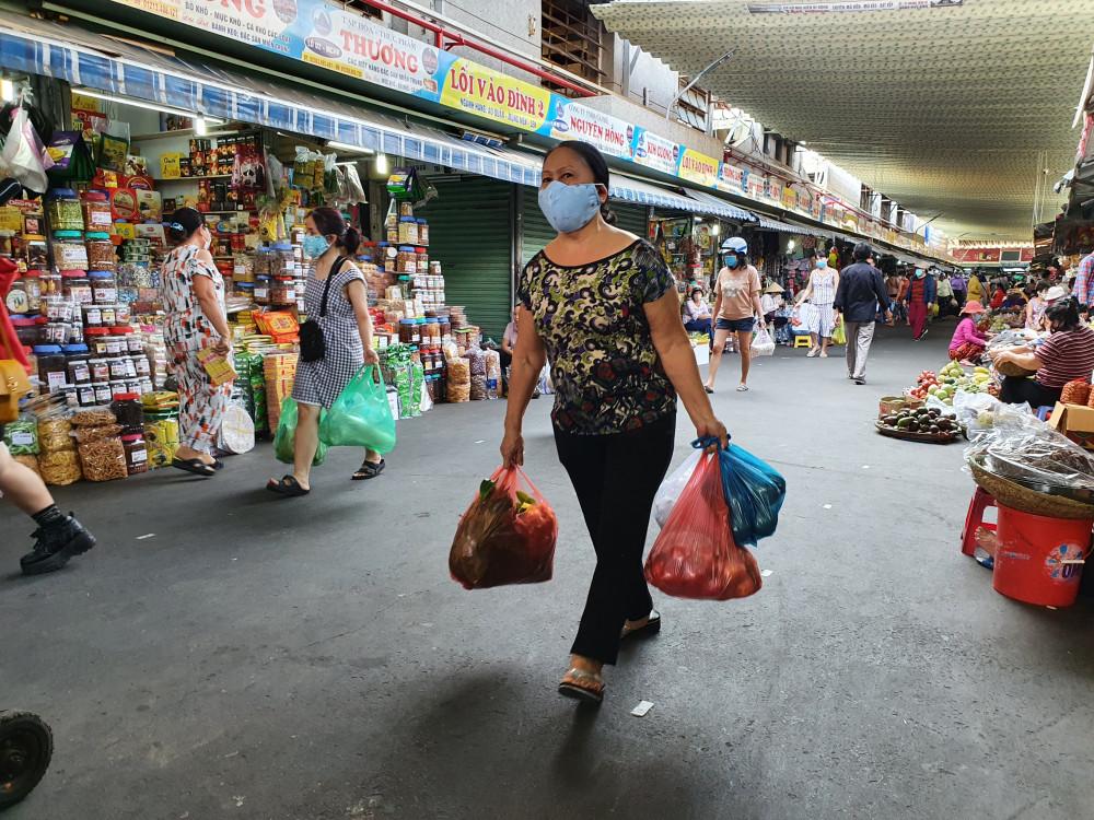 Tại các chợ lớn như chợ Hàn, chợ Cồn, không khí mua sắm cũng đang rất tất bật