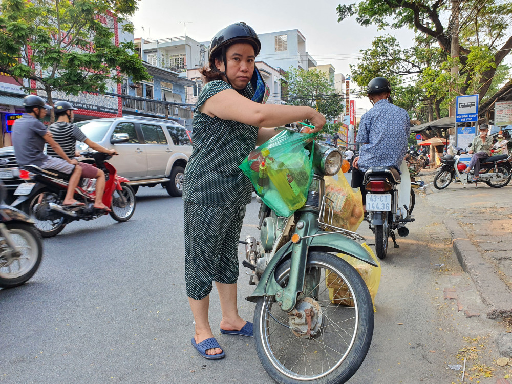 Chị Hoa, người dân ở quận Hải Châu cho biết: Tranh thủ mua luôn nhiều rau quả, thịt cá về bỏ tủ lạnh ăn dần. Dù biết chủ trương nhà nước nói không thiếu lương thực thực phẩm nhưng tui mua luôn chứ mai mốt lười ra ngoài.