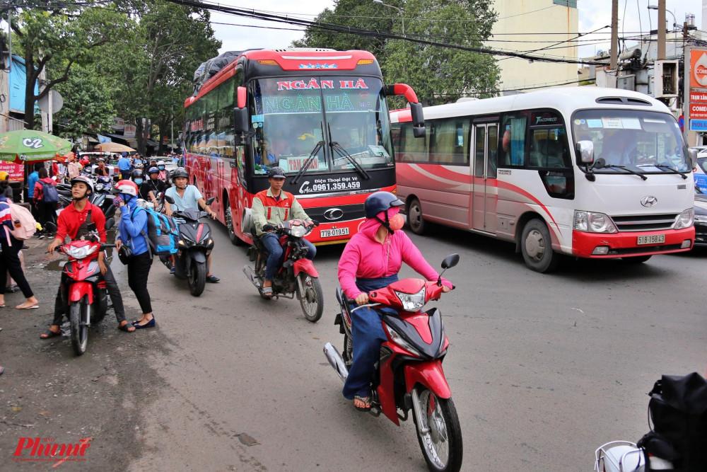 Xe khách tuyến cố định từ TP HCM đi những tỉnh, TP trực thuộc Trung ương và ngược lại chỉ được vận chuyển khách tối đa 2 chuyến mỗi ngày cho cự ly dưới 100 km và 1 chuyến mỗi ngày với các tuyến còn lại.