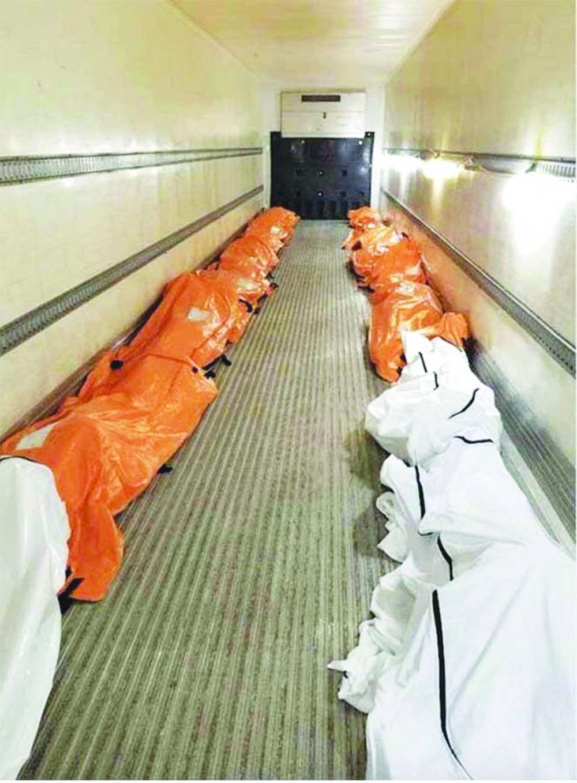 Bên trong những chiếc xe tải đông lạnh được dùng tạm như một nhà xác ở bên ngoài Bệnh viện Brooklyn