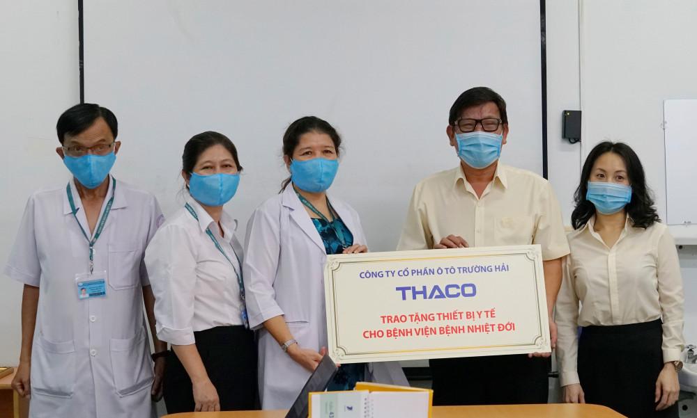 Ông Nguyễn Một - Giám đốc Truyền thông THACO trao tặng thiết bị y tế cho Bác sĩ Huỳnh Thị Loan - Phó giám đốc Bệnh viện Bệnh Nhiệt đới
