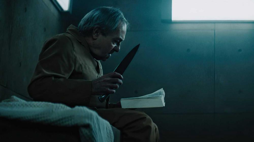 Trong tù, khi rớt xuống những tầng sâu, chỉ có ăn hoặc bị ăn bạn tù.