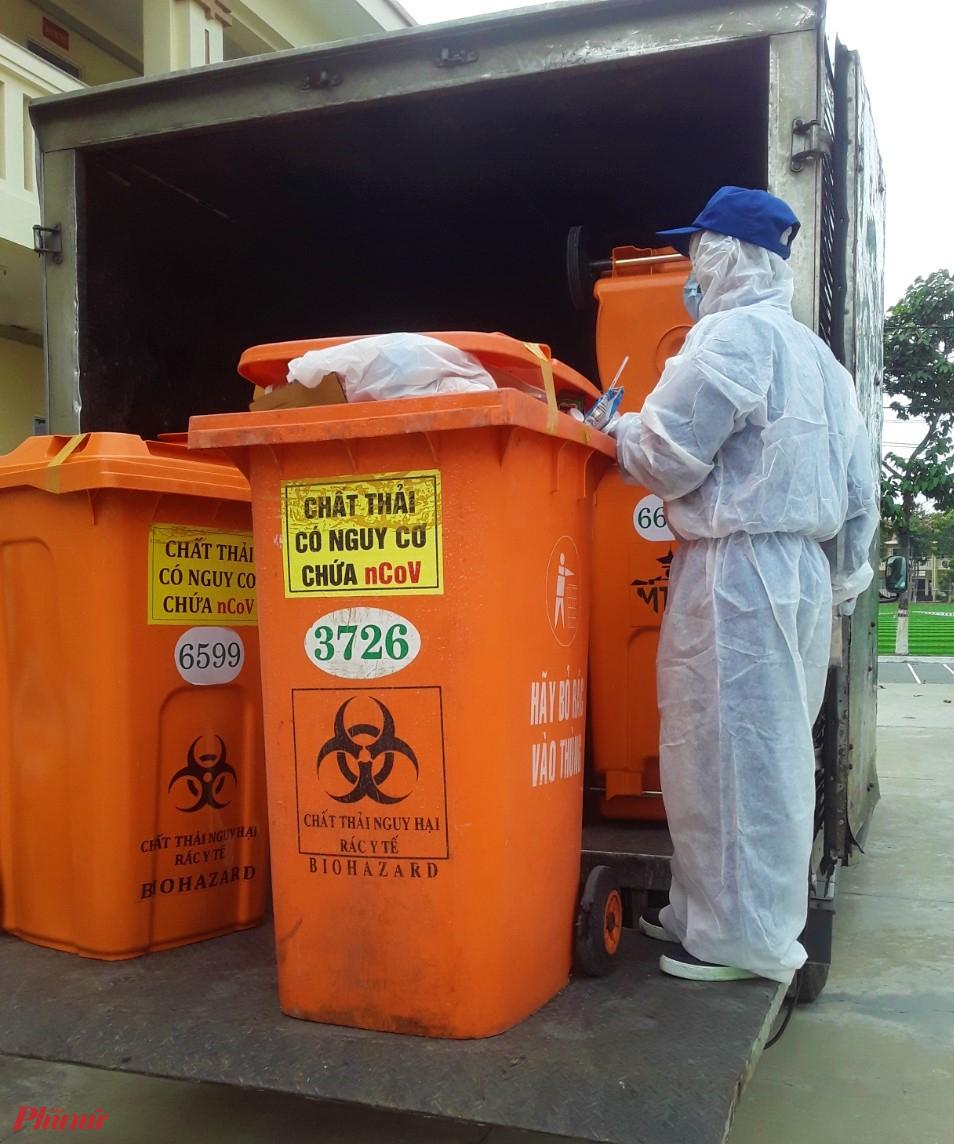 Quy trình thu gom xử lý chất thải nghi nhiễm COVID-19 phải đảm bảo an toàn cho nhân viên y tế, người bệnh và người tham gia xử lý chất thải y tế. Ảnh: T.S