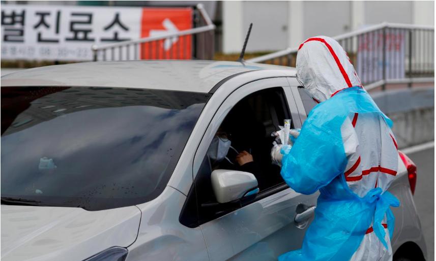 Một nhân viên y tế tiến hành lấy mẫu xét nghiệm nhanh tại Deagu hồi đầu tháng 3.