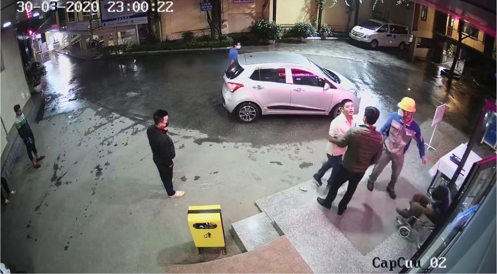 Camera bệnh viện ghi lại hình ảnh 1 xe ô tô 4 chỗ dừng trước cửa để đưa 1 người bị tai nạn giao thông vào cấp cứu.