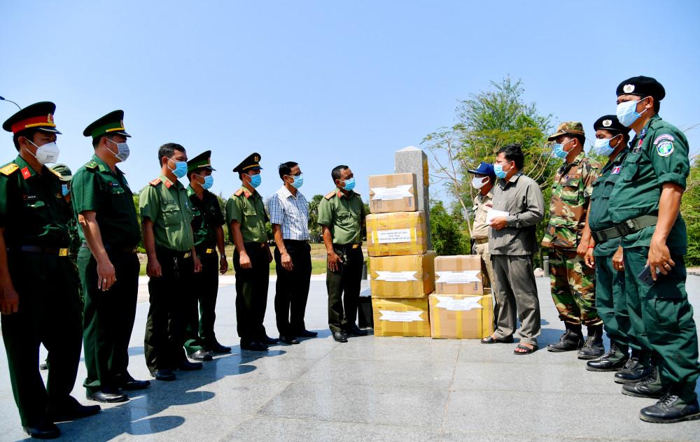 Hỗ trợ vật tư y tế cho các huyện trên biên giới Campuchia phòng chống dịch COVID-19.