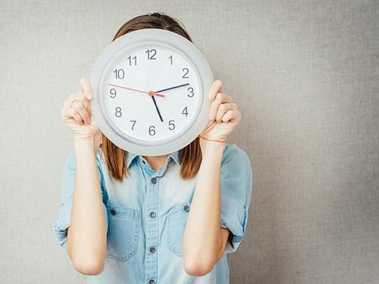 Không một tiếng động, không có báo thức thế mà đúng năm giờ, hai mắt chị Ly tự động mở toang. Ảnh minh họa
