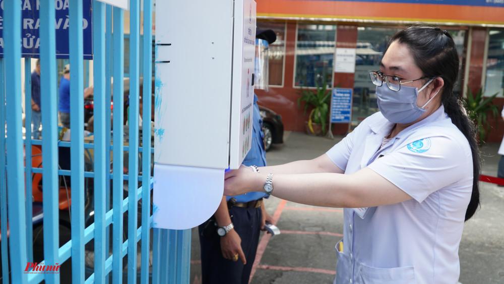 với 4 lít dung dịch rửa tay, Bệnh viện Nhi đồng 1 có thể phục vụ được khoảng 700 người ra