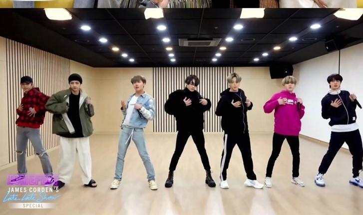 BTS khoe khả năng vũ đạo trong bài hát Boy With Luv.