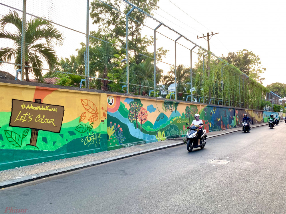 ... nhưng cũng có bức dài dọc cả con phố như tại địa điểm công viên Lê Văn Tám, quận 1.
